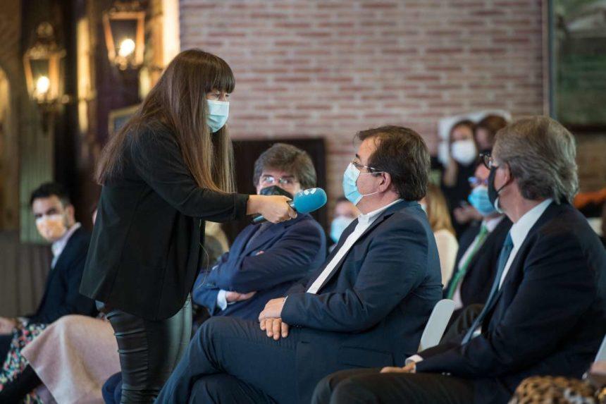 """El Presidente de la Junta apuesta por mantener """"vivas"""" las empresas conciliando salud y economía"""