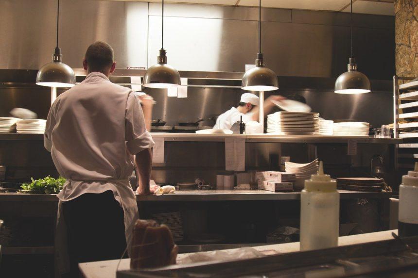 La hostelería y el comercio podrán abrir hasta el toque de queda a partir de mañana sábado